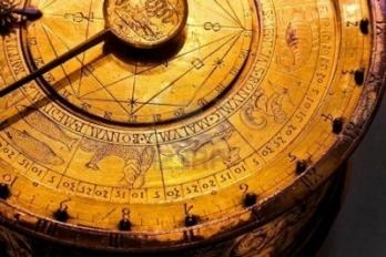 antiguo-reloj-de-astrologia-con-simbolos-del-zodiaco