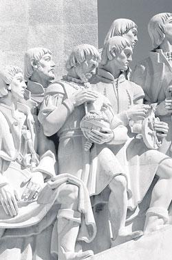 Pedro Nunes no Padrão dos Descobrimentos, segurando a esfera armilar
