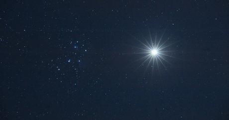 fotografia-tirada-pelo-professor-de-astronomia-jimmy-westlake-mostra-venus-se-aproximando-do-algomerado-de-estrelas-na-constelacao-de-touro