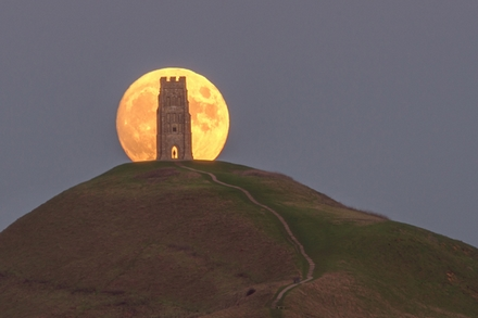 Moonrise_Glastonbury_Tor