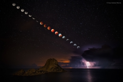 supermoon-total-lunar-eclipse-and-lightning-storm